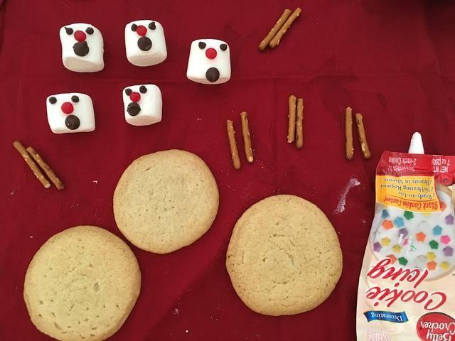 Una vez que las galletas se enfríen puede romper sus palitos de pretzel en medio y estar seguro de que tienes todo lo que necesitas reunido.
