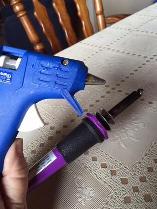 Precaliente la pistola de pegamento y estufa de leña.