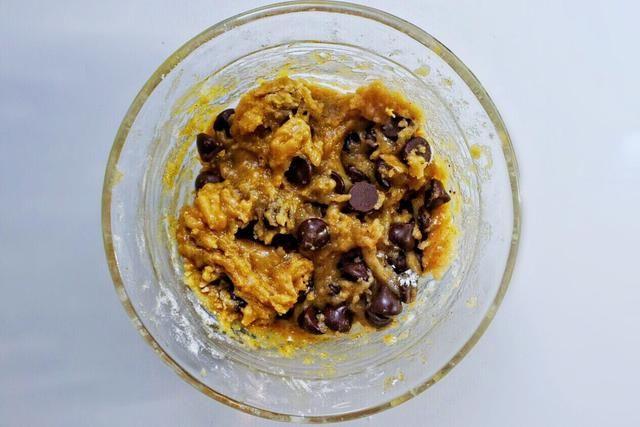 Por último, añadir poco a poco la harina, y chips de chocolate también. La mezcla será difícil de mezclar, así que asegúrese de trabajar despacio y bien, porque usted no't want lumps of ingredients unmixed!