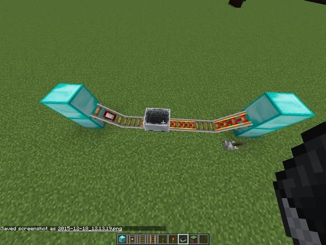 El minecart viajará hacia atrás y adelante la creación de una señal de piedra roja cada vez que golpea el riel detector.