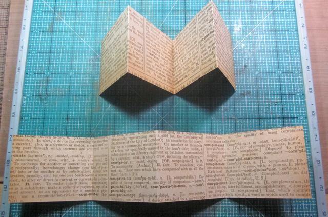 Repita los pasos uno y dos con otro pedazo de papel y luego doblar a ambos a tener picos y valles como se muestra arriba.