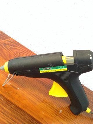 Ahora el fuego de su pistola de pegamento! Si no't have a glue gun, you can use superglue for this step.
