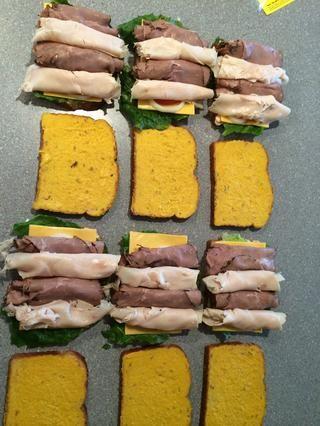 Enrolle la carne y colocar en sándwich