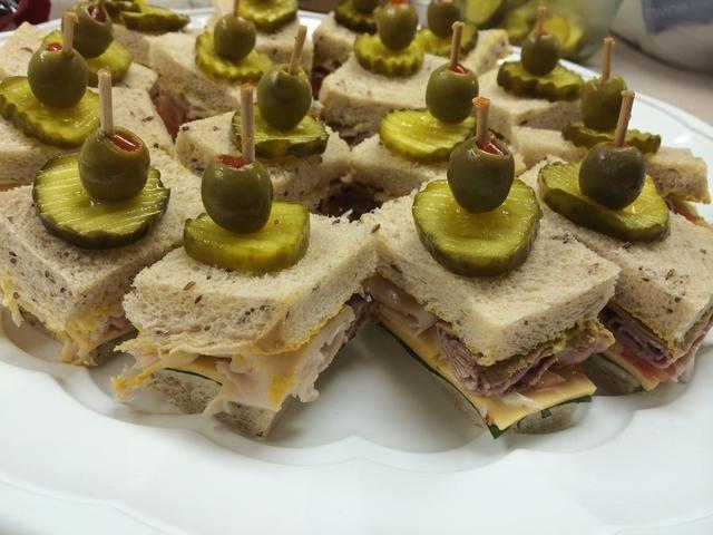 Coloque dos trozos de pan juntos, cortar el borde de costras y trimestre. Coloque puck bocadillo en asegurar sándwich y poner salmuera y aceite de oliva en la parte superior de una guarnición. ¡Disfrutar!