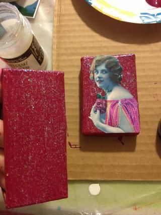 Pintura alrededor el fondo y los lados de la caja con la pasta de brillo