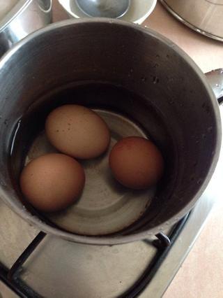 Hervir los huevos durante 15 minutos con fuego medio