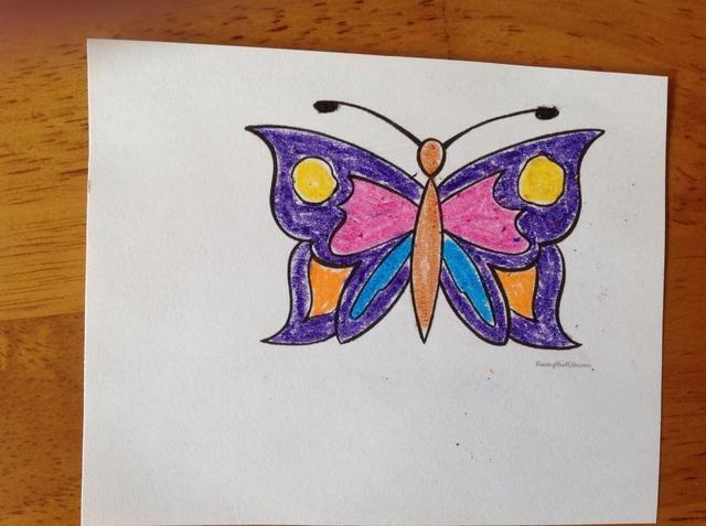 Colorea tu plantilla mariposa. Asegúrese de colorearlo simétricamente. Entonces, recortarla.
