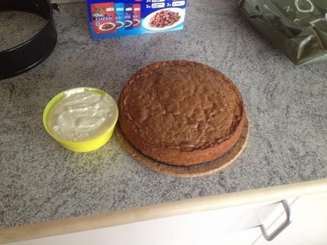 Cuando el pastel ya no está caliente, puede agregar el relleno de la torta