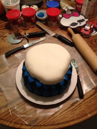 Con cuidado, coloque la capa Skullete en la parte superior de la capa de negro y azul.