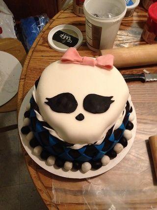 Crea el arco con el fondant y poner en el pastel con un poco de crema de vainilla.