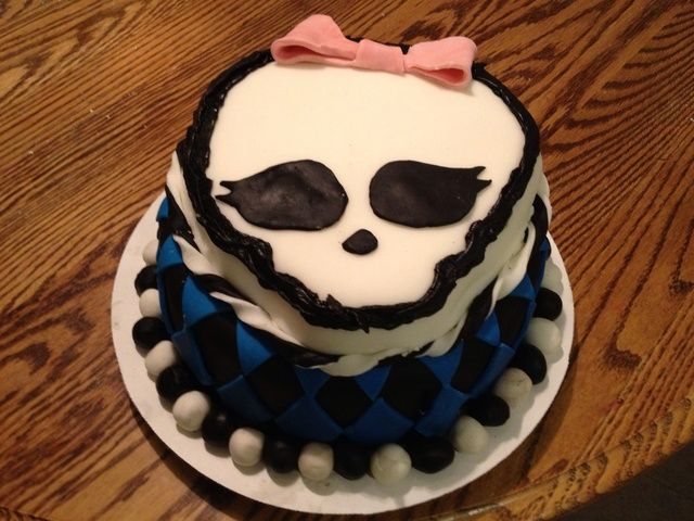 Esta fue una prueba para mi hija's birthday next month. In hindsight, I would make the Skullette smaller, the fondant balls at the base smaller, and purchase some red fondant for the bow.