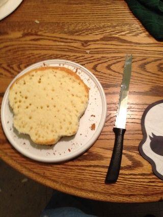 Utilice un cuchillo afilado terminado, sierra para cortar el patrón en el pastel.