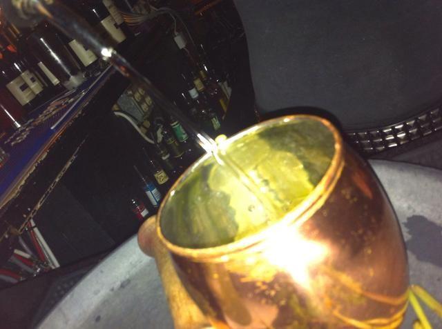 Y el vodka (vodka ratio = 1 parte 3 partes de cerveza de jengibre)