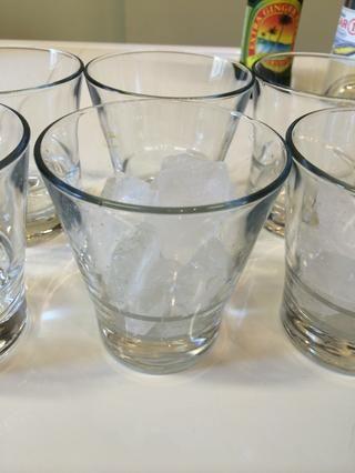 Agregar los cubos de hielo a su taza.