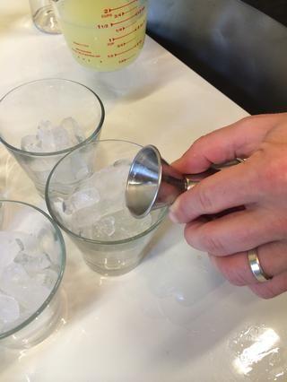 Añadir una onza 1/2 de jugo de limón a cada taza.