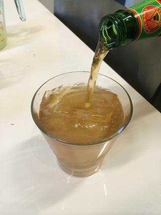 Añadir 5 onzas de cerveza de jengibre para cada taza.