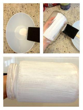 Exprima un poco de pintura acrílica blanca en un bol y pintar una capa delgada sobre el frasco. Deja que este seco y luego pintar otra capa.