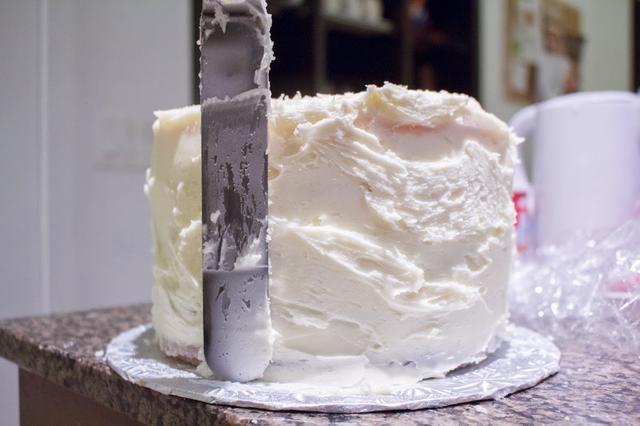 Siga usando una espátula de pastel. Para más detalles sobre la forma de hielo en una torta de varias capas: http://annezca.blogspot.ca/2014/12/how-to-ice-multi-layer-cake.html