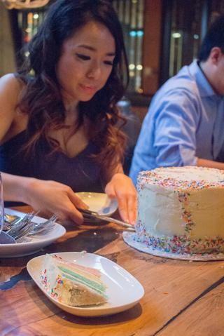 He utilizado este pastel para celebrar mi cumpleaños. He utilizado el arco iris asperja con hielo en la parte superior.