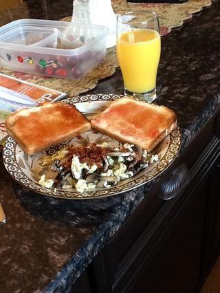 Servir con tostadas, mermelada, zumo de naranja y que en realidad rematado los huevos con tocino !! ¡¡SABROSO!! Confía en mí,'s 1,000 times better than it looks!!!