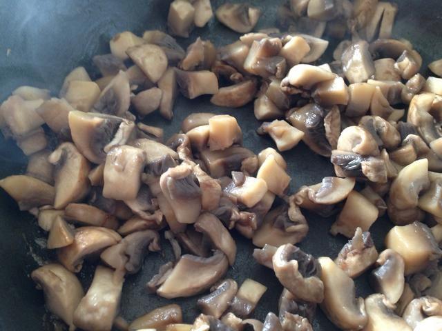 Por ahora, las setas se deben hacer sudar. Añadir 1 cucharadita de aceite de oliva ahora, y cocinar un minuto más o menos hasta que se dore ligeramente en los bordes. Pasar a un tazón.