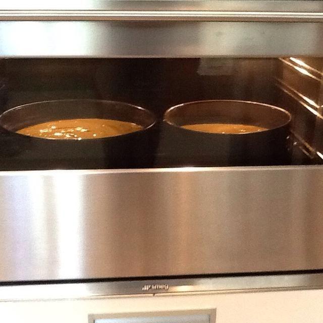 Hornear los pasteles en el horno durante 30-40 minutos o hasta que un medio de color marrón. Mientras que los pasteles están horneando la limpieza de su área de hornear lado a otro de las etapas de la decoración se ahorrará un montón de tiempo.