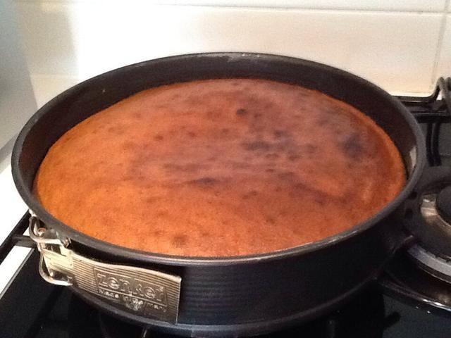 Deje que el pastel se enfríe durante 5 minutos en la lata y luego se lo quita de la lata y colocarlo en una rejilla de refrigeración o si tu lado latas puede venir de dejar la base de hacer eso. Luego deje que se enfríe completamente.