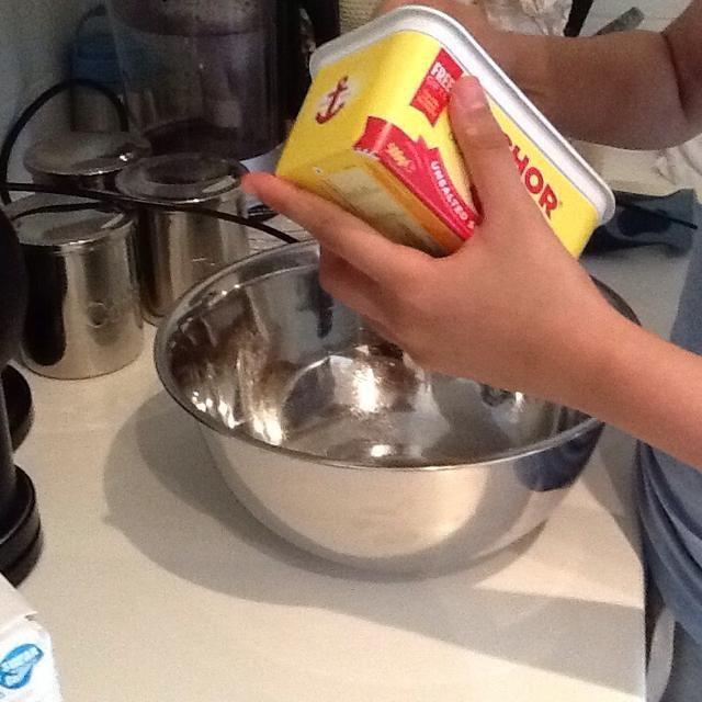 Ponga 500 g de mantequilla blanda sin sal en un tazón agregarlo en el tazón de cortar las piezas para que sea más fácil de batir después. (2-3 min)
