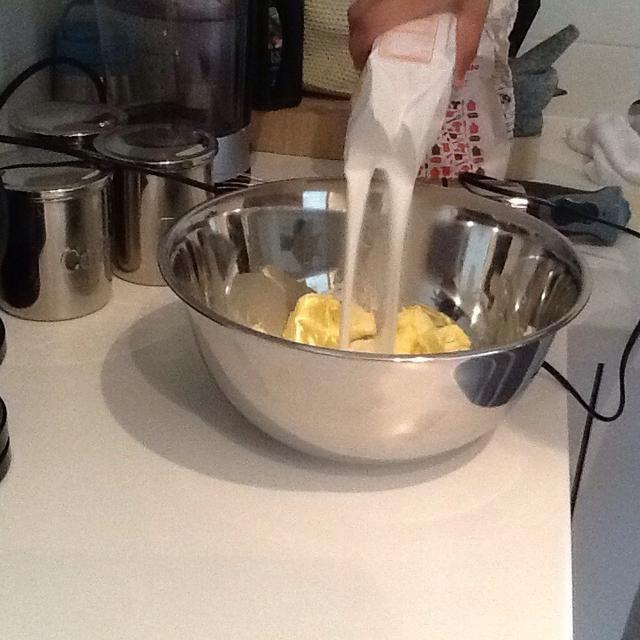 A continuación, añadir 500 g de azúcar en polvo. (1 minuto)