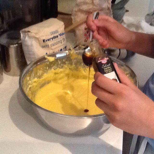 El resultado de su empresa debe ser una mezcla esponjosa y suave. Ahora agregue en 2 1/2 cucharaditas de vainilla extractand revuelve con una cuchara o la batidora mientras fuera. ( 1 minuto)