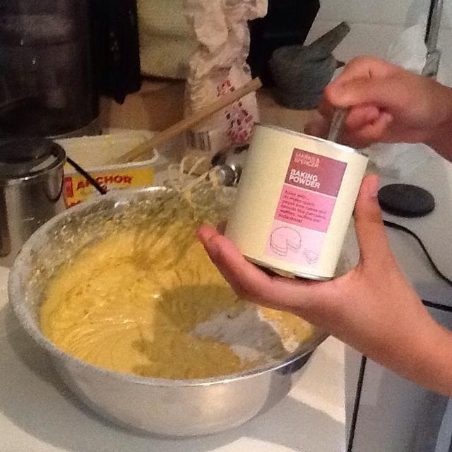 Por último añadir 3 cucharaditas de polvo de hornear planas. (2 minutos)