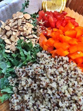 Combine todos los ingredientes como almendras en rodajas.