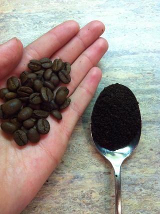 You Am utilizar granos de café o motivos. yo'm using the grounds bc they have a stronger scent