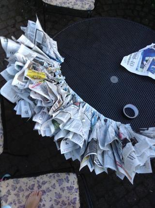 Haga esto hasta que su cinta adhesiva entera está llena de páginas de periódicos
