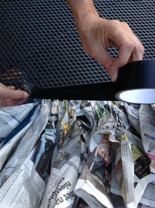 Pegue la misma cantidad de cinta adhesiva en la parte superior de tu creación