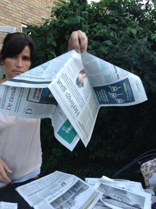 Coge tus páginas de periódicos doblados como este
