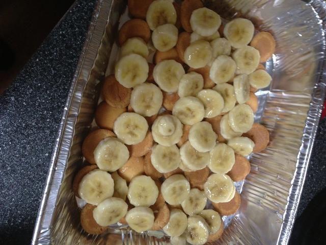 Ahora toma esas piña infundido plátanos y capa de la mitad de ellos en la parte superior de las obleas. Observe el paraíso plátano't browned the whole time they were waiting their turn!