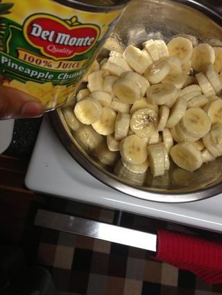Plátanos rebanada en un bol y verter el jugo de piña sobre ellos para evitar que se pongan marrones. Yo no't have plain juice, so I improvised! Lemon juice works too. Set bananas aside