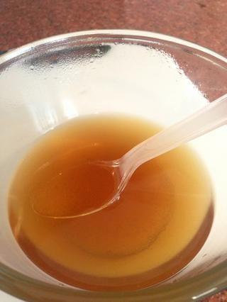 Se agita la azúcar y agua hasta que el azúcar se disuelva completamente.