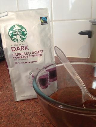 Moler el café y hacer 2 espressos. Usted puede utilizar el café instantáneo si necesita (2-3 cucharadas). Vierta los espressos en el jarabe de azúcar y revuelva.
