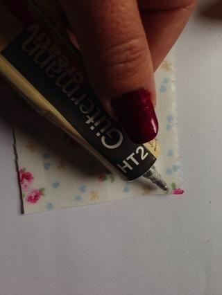 Tome el pedazo más grande. Ponga lado patrón de pegamento abajo a lo largo de los lados cortos en la parte posterior de la tela ...