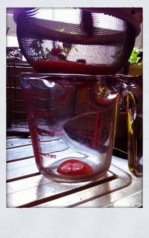 Empuje el puré por un colador para eliminar las semillas y para mantener el buen líquido.