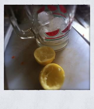 En una jarra grande, añadir un poco de hielo y exprimir un limón entero, asegurando no hay semillas han aterrizado en el jugo. Ahora agregue los jugos salgan del puré para el final.