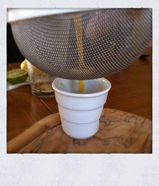 Cepa doble. (Pour desde su coctelera por un colador para evitar cualquier aterrizaje escombros en su bebida).