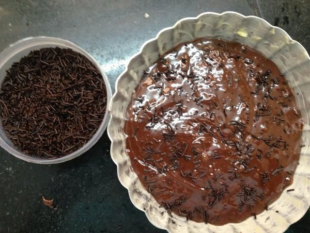 Vierta en un molde. (Couldn sry't find my rectangle pan so had to make do with my pie pan!) sprinkle chocolate if u want