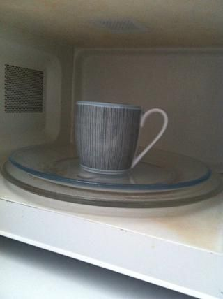 Coloque su taza en el microondas y la cubierta.