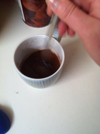 Mezclar de nuevo. Mezclar después de cada paso significa que son menos propensos a tener grumos de harina o azúcar en el fondo de su taza.