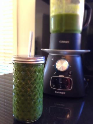 Voila! Un súper sabroso, nutritivo batido verde ESTUPENDO! Ello's so good for you your body will love you for it! Enjoy.