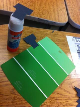 Paso 4: pegar los pernos, el pelo, la unibrow, los dientes y la boca al chip pintura verde