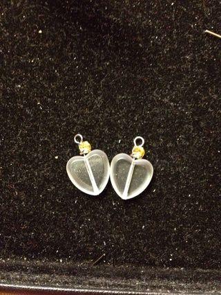 Haga un lazo para completar el cuelgue. Consulte http://myangelnow.blogspot.com/2011/05/early-spring-swarovski-crystal-earring.html?m=1 de cómo hacer el bucle.